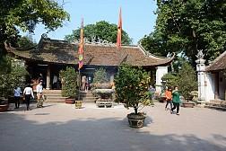 Đền Và (còn gọi là Đông Cung) nằm cách trung tâm thị xã Sơn Tây khoảng 2km.